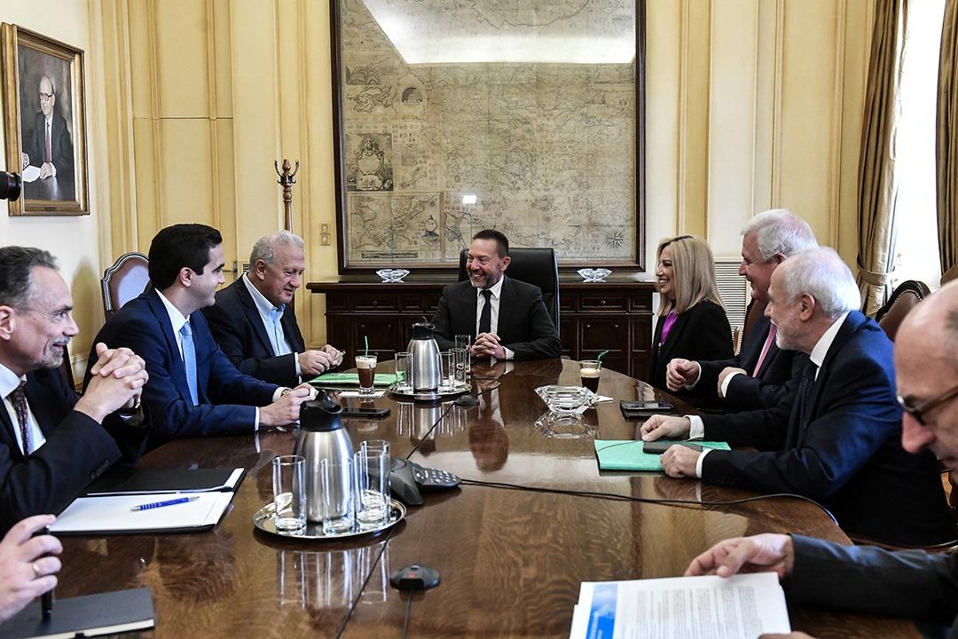 Συνάντηση με τον διοικητή της ΤτΕ Γιάννη Στουρνάρα για τα κόκκινα δάνεια, τους πλειστηριασμούς και τις χρεώσεις των τραπέζών